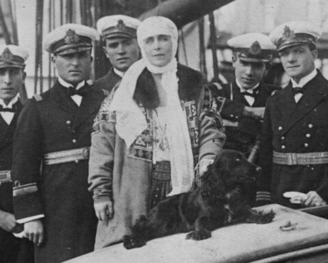 Queen Marie of Romania wearing suman